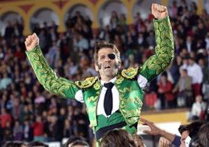 Juan José Padilla volvió por todo lo alto abriendo la Puerta Grande de Olivenza