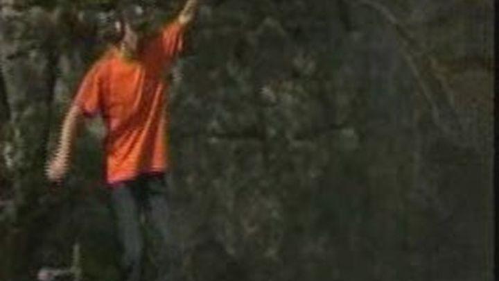 El hombre que desafía a la gravedad, se pasea sobre una cuerda a 1.800 metros de altitud