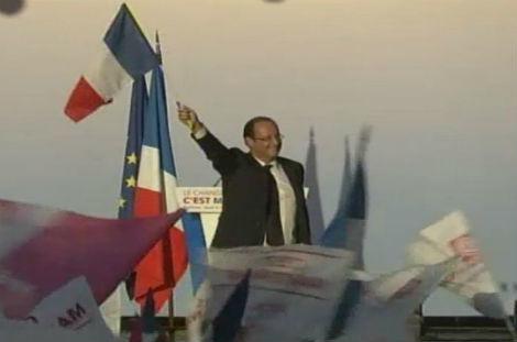 Hollande con la bandera de Francia en un mítin