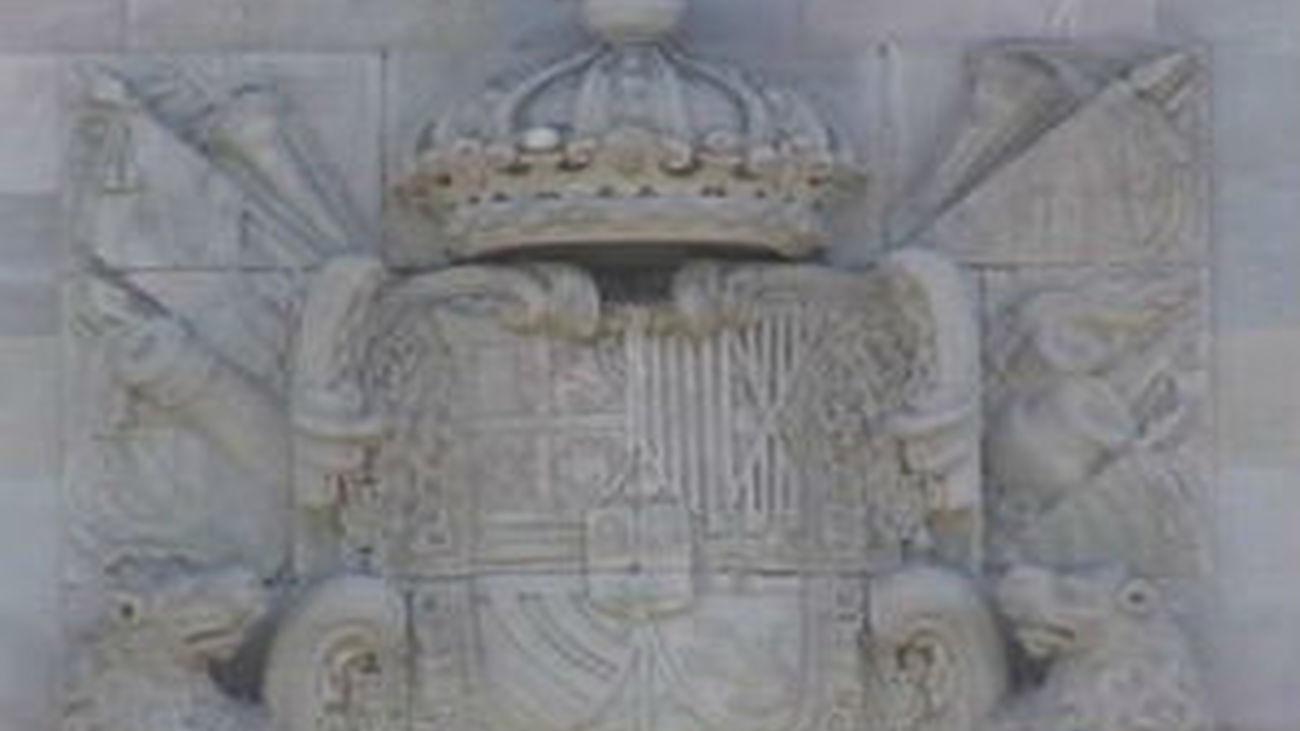 El Parlamento catalán decide reemplazar con una señera el escudo de España de su fachada