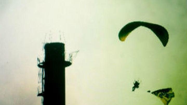 Greenpeace sobrevuela Garoña y lanza botes de humo sobre la central nuclear