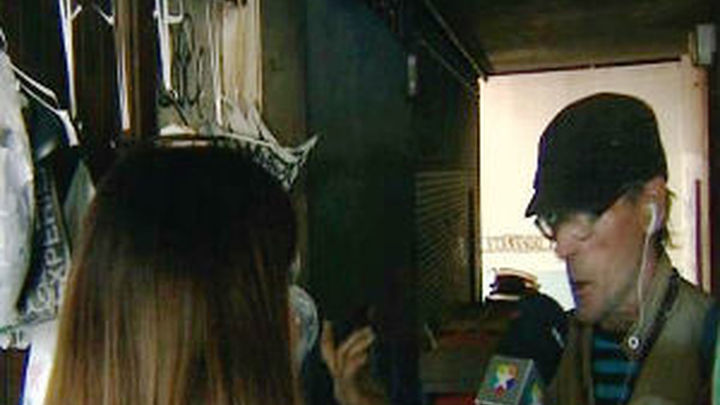 Un vagabundo con síndrome de diógenes acumula basura en un callejón del barrio de Embajadores