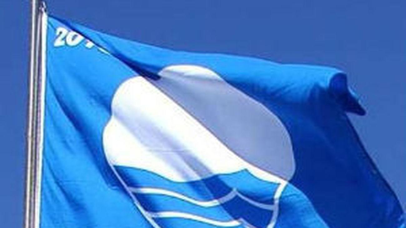 bandera azule en una playa española