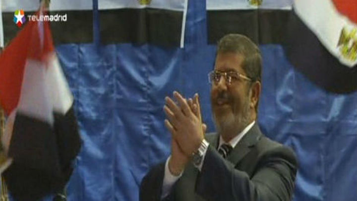 Mursi jura simbólicamente ante Tahrir como presidente elegido en las urnas