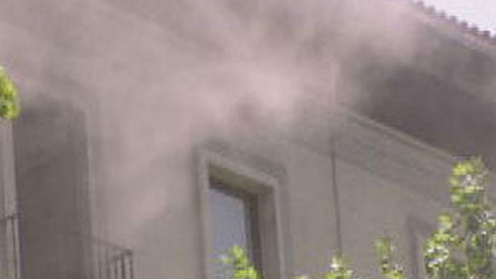 Un aparatoso incendio en Serrano obliga a desalojar un edificio, sin heridos