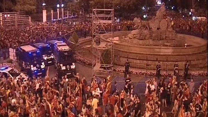 Decenas de miles de madrileños festejan en la calle el éxito de la selección