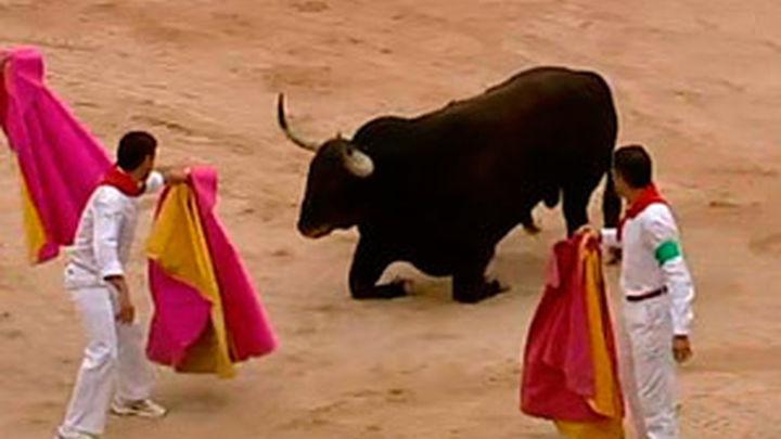 Un toro de Fuente Ymbro ralentiza una carrera rápida y sin corneados