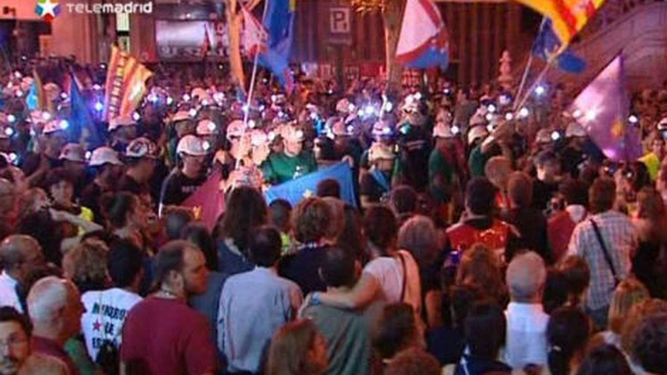 """La """"Marcha Negra"""" desembarca en Puerta del Sol arropados por miles de personas"""