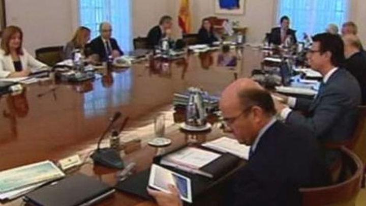 El Gobierno aprueba la subida del IVA y los recortes a funcionarios y al desempleo
