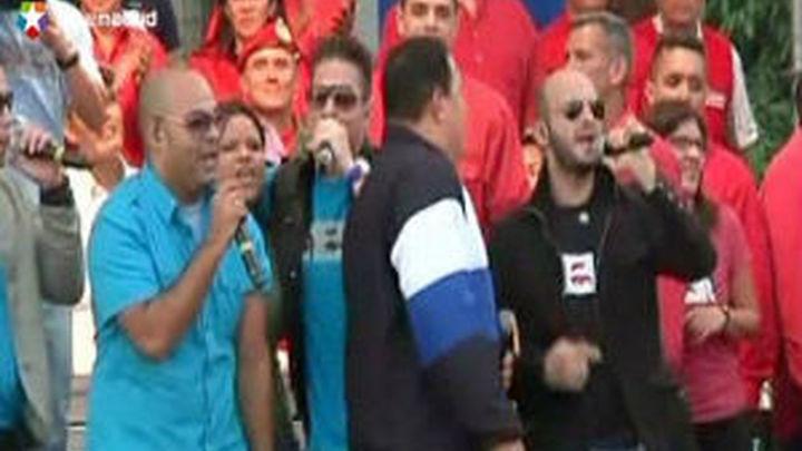 Chávez canta y baila en campaña como una estrella de rock