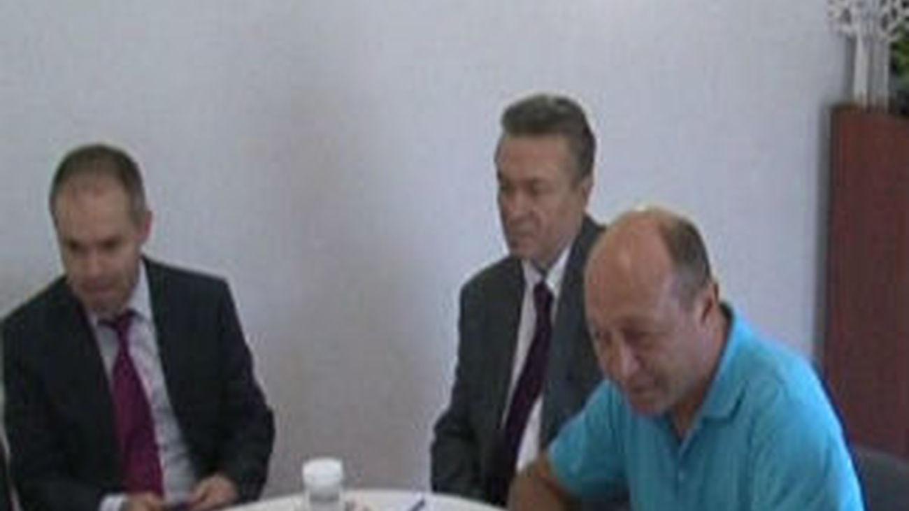 Rumanía decide si se inicia una moción de censura contra el presidente Basescu