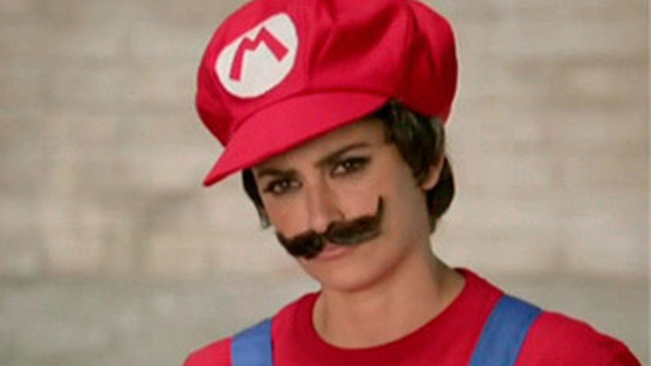 Penélope Cruz se deja crecer el bigote para convertirse en Mario Bross