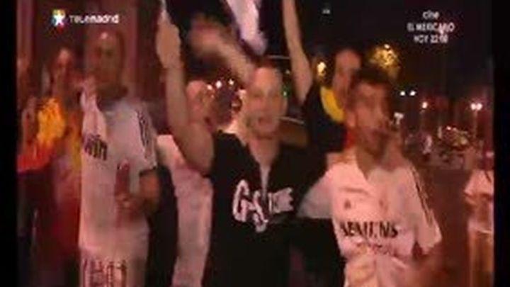 Unos dos mil aficionados madridistas festejan en Cibeles la Supercopa