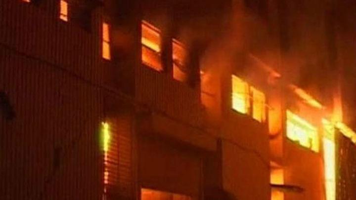 Casi 300 muertos en el incendio de una fábrica textil en el sur de Pakistán