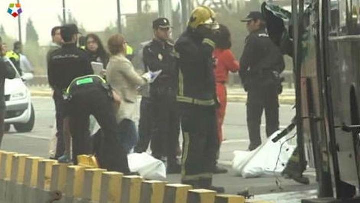 Dos muertos, tres heridos graves y decena leve al chocar un camión y autobús