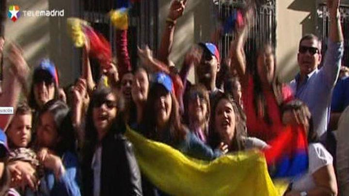 Los venezolanos en España hacen cola para votar y elegir presidente