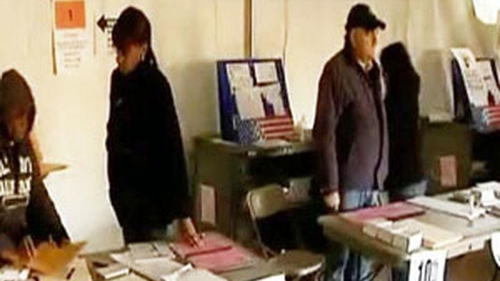 Obama votó por correo hace diez dias y Romney vota en su Boston natal