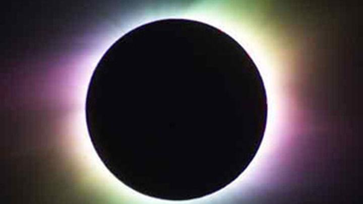 El eclipse total de Sol oscurece los cielos de Australia y parte del océano Pacífico