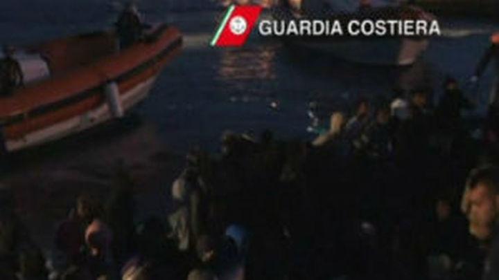 Llegan a la isla de Lampedusa 235 inmigrantes a bordo de una barca de madera