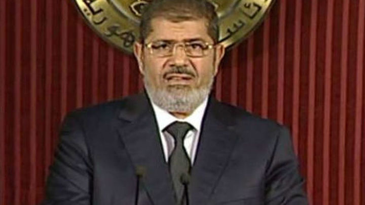 Cientos de egipcios superan las barricadas y marchan hacia el Palacio Presidencial