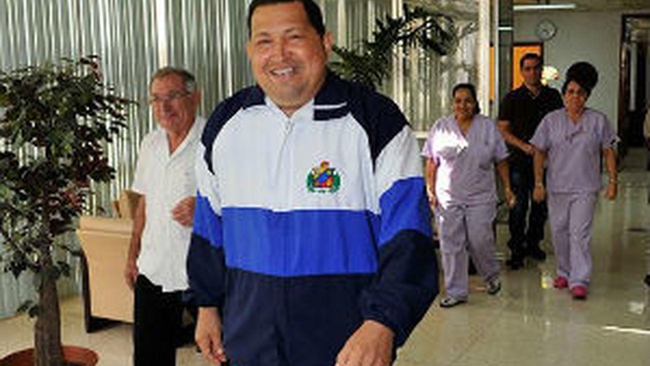 Hugo Chávez ya se encuentra en La Habana, donde lo recibió Raúl Castro
