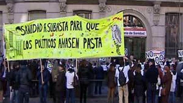 Más de 150 médicos madrileños dimiten de comisiones y juntas técnicas