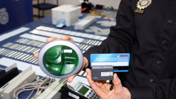 Detenidos en Barajas los líderes de una red que clonaba tarjetas bancarias en cajeros