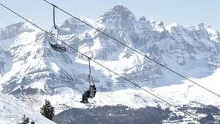 El viento atrapa a mil esquiadores en Panticosa