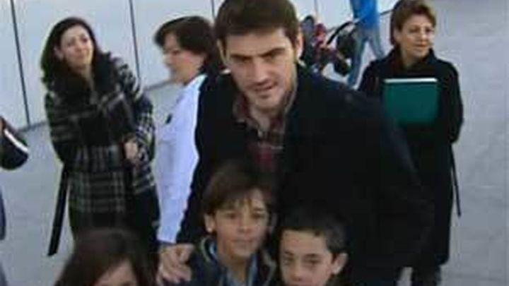 Casillas reparte juguetes entre los niños del hospital Rey Juan Carlos de Móstoles