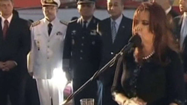 """Cristina Fernández se da """"baño de masas"""" en acto oficialista por llegada del Libertad"""