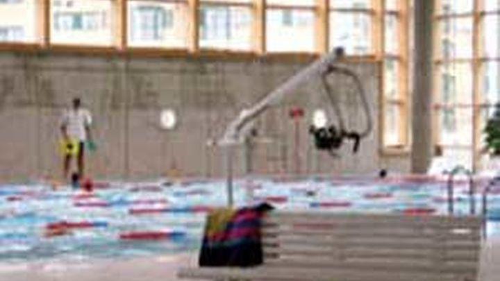Un hombre de 70 años muy grave tras desvanecerse en un polideportivo de Barajas