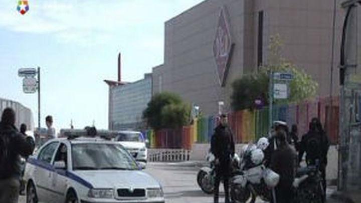 Dos guardias heridos leves al estallar un artefacto en un centro comercial