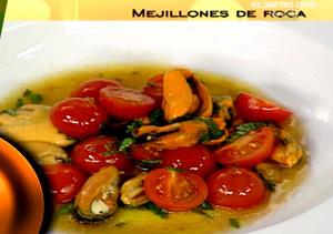 Mejillones con tomate y albahaca
