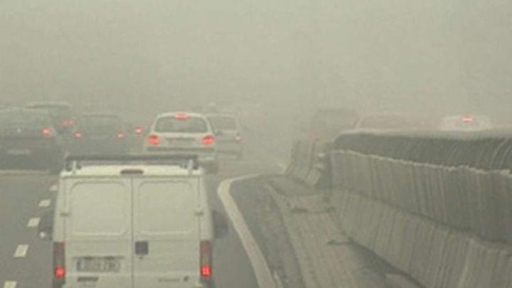 Un viernes con densa niebla en Madrid que dificulta el tráfico rodado