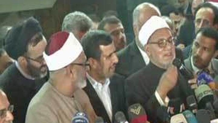 Detenidos cuatro sirios por tirar zapatos a Ahmadineyad en El Cairo