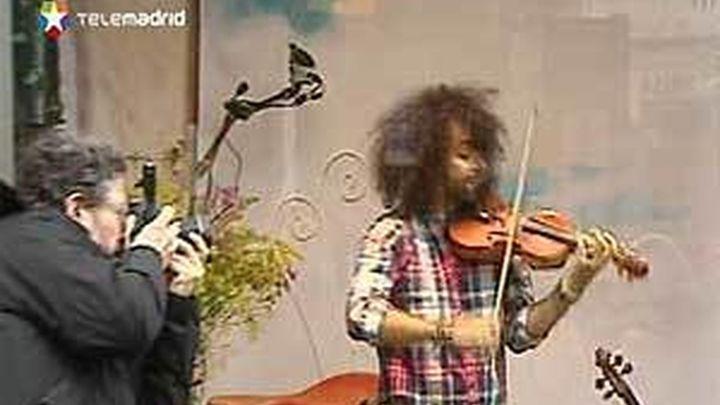 El violinista Ara Malikian ofrece un concierto en un escaparate de la Gran Via