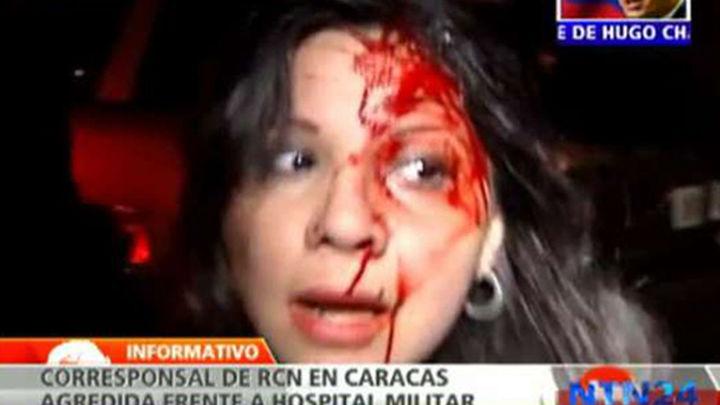 Graban la agresión a una periodista en las puertas del Hospital donde estaba Chávez