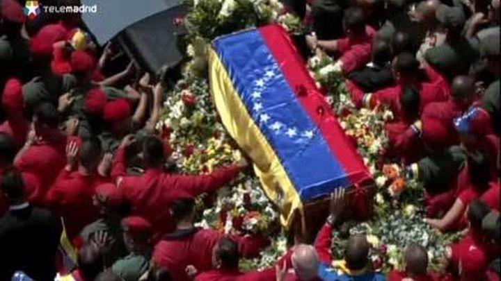 Miles de personas acompañan el cortejo fúnebre de Chávez hasta la Academia Militar