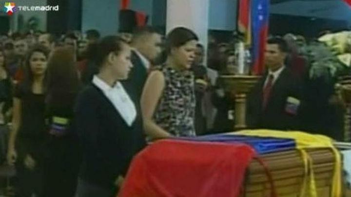 El adiós a Chávez se mezcla con las maniobras para la sucesión