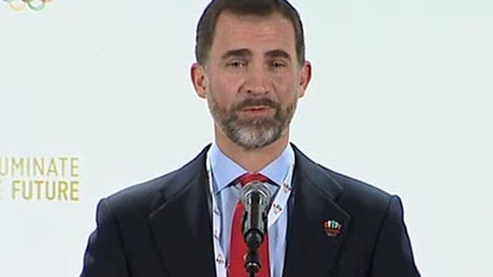 El Príncipe Felipe sorprende en Palma con su visita al Salón Náutico