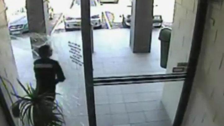 Un ladrón atraviesa una puerta de cristal tras robar un bolso en Australia