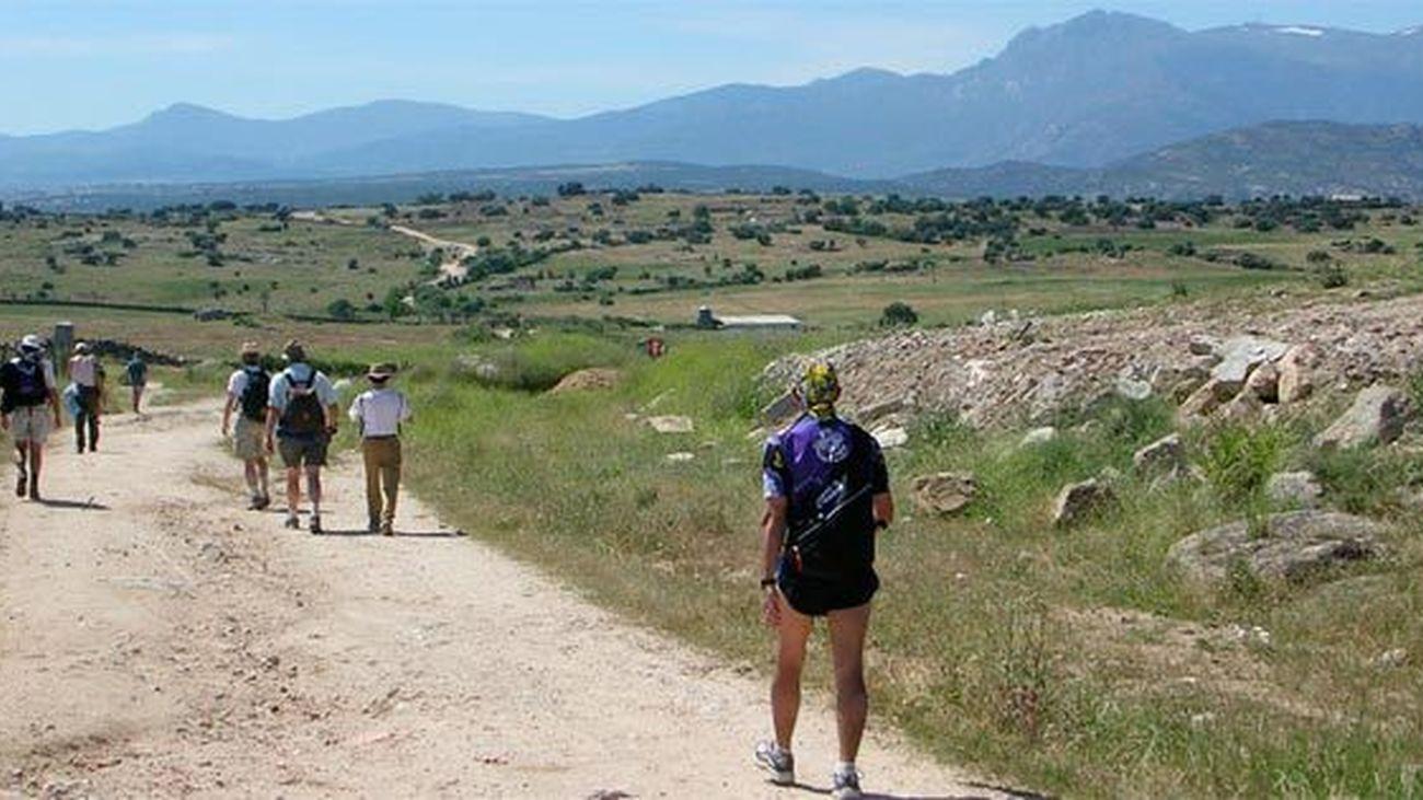 El camino de Santiago, a su paso por Colmenar Viejo, con la sierra de Guadarrama al fondo