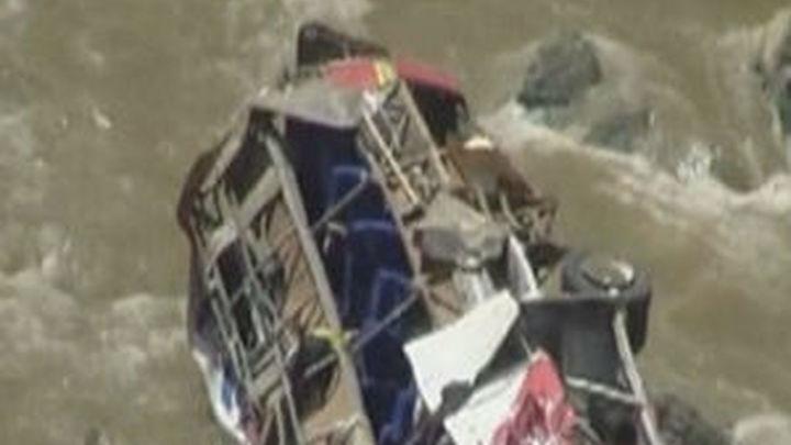 Al menos 33 muertos tras caer un autobús a un abismo en el norte de Perú