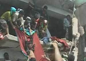 El derrumbe de un edificio de fábricas textiles causa 110 muertos en Bangladesh