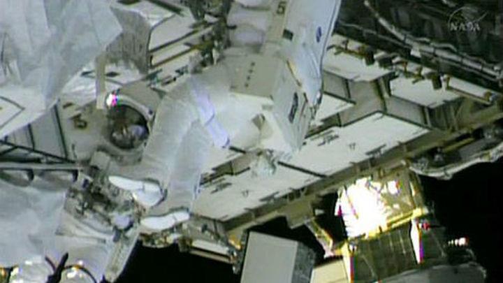 Dos astronautas salen al espacio para reparar la fuga de amoniaco