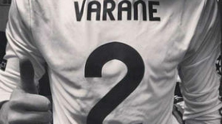Casillas manda ánimos a Varane posando con su camiseta
