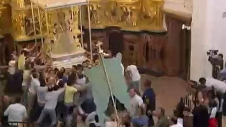 La Virgen del Rocío entra en su ermita tras procesionar durante siete horas por la aldea
