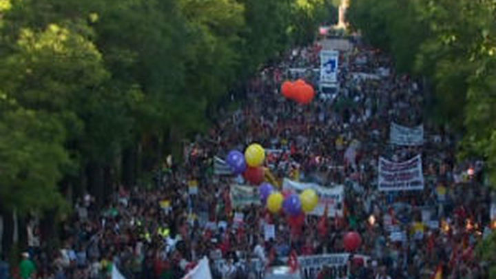 Una marea de cientos de personas marchan en Madrid contra la Troika