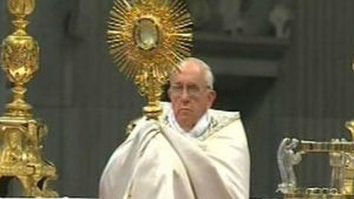 Rouco Varela imparte la bendición eucarística en la Puerta del Sol