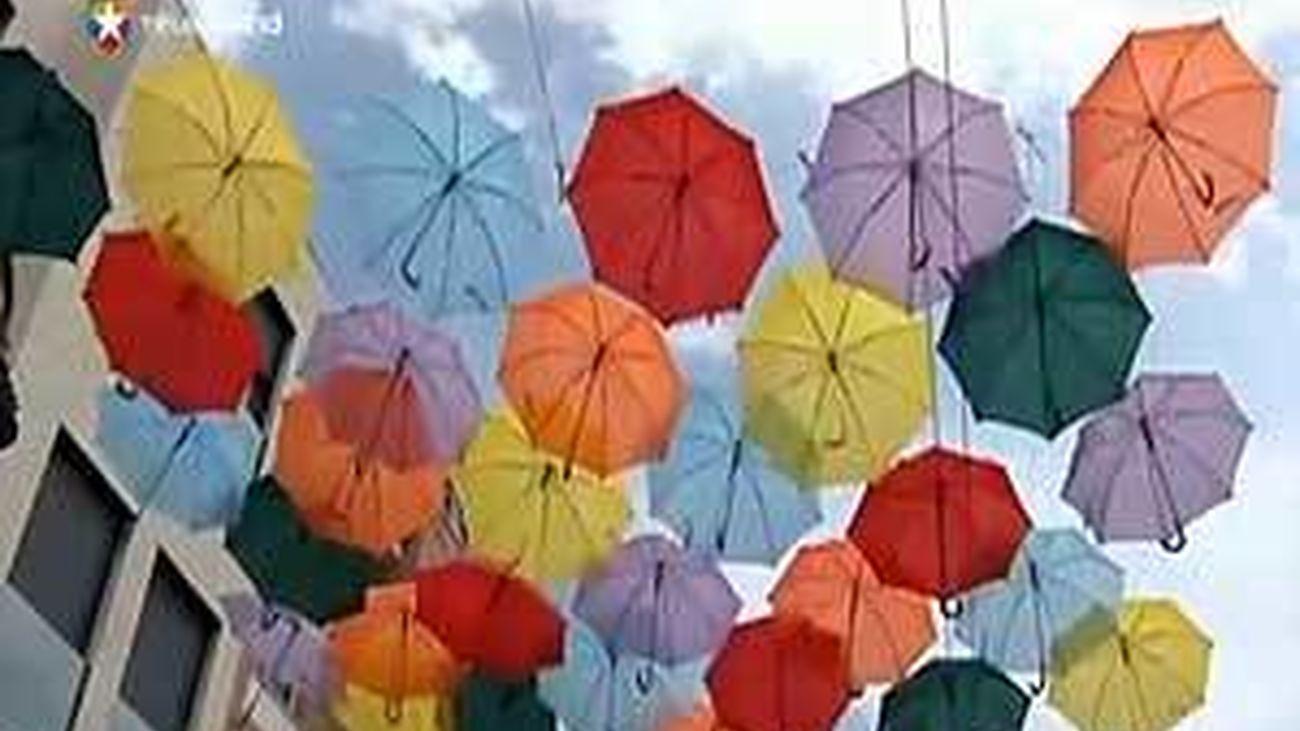 Getafe retira la mayoría de los paraguas de la calle Madrid para fijarlos a las fachadas